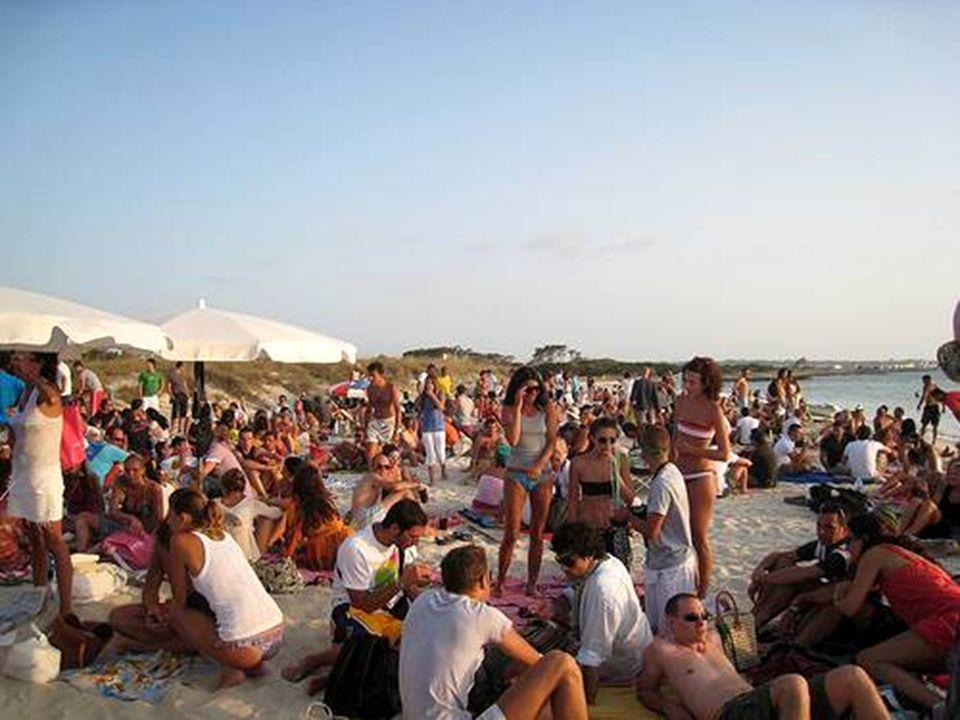 Una de los espectáculos más bellos en Formentera, son las puestas de sol. Al atardecer, cientos de personas acuden a la playa para ver cómo el mar y e