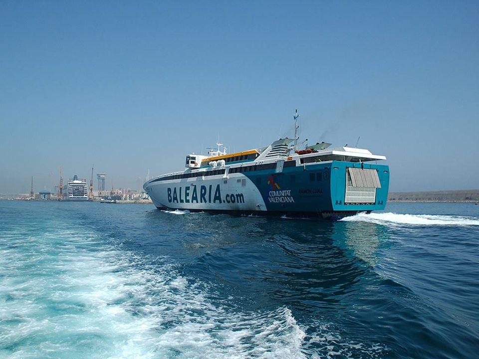 No hay aeropuerto, con lo que sólo se puede acceder por vía marítima, en ferry desde Ibiza. Los principales medios de transporte en la isla son las bi