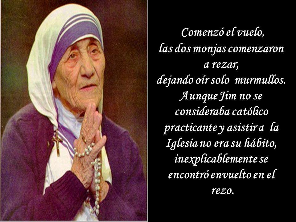 En cuanto los pasajeros estaban acomodados, Madre Teresa y su compañera sacaron sus rosarios. Cada decena de cuentas, tenia diferente color. 'Cada dec