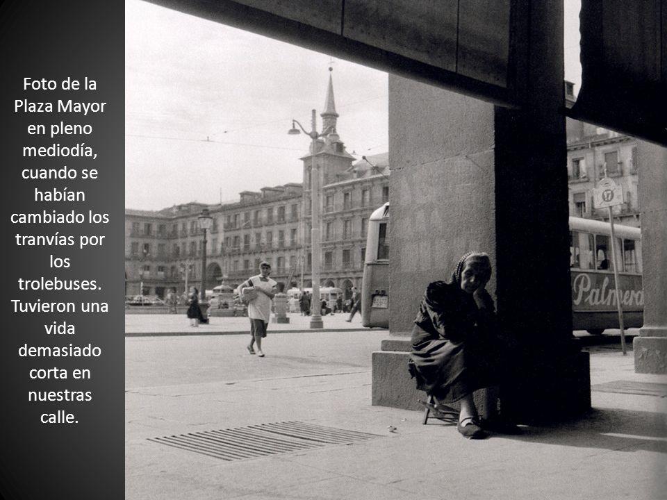 Foto de la Plaza Mayor en pleno mediodía, cuando se habían cambiado los tranvías por los trolebuses. Tuvieron una vida demasiado corta en nuestras cal