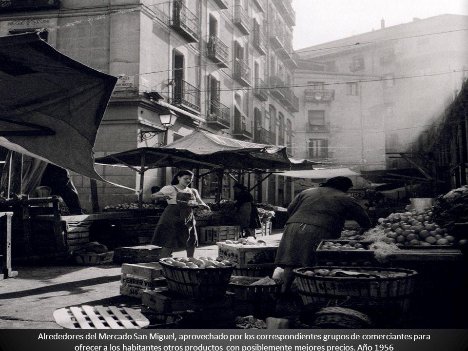 Alrededores del Mercado San Miguel, aprovechado por los correspondientes grupos de comerciantes para ofrecer a los habitantes otros productos con posi