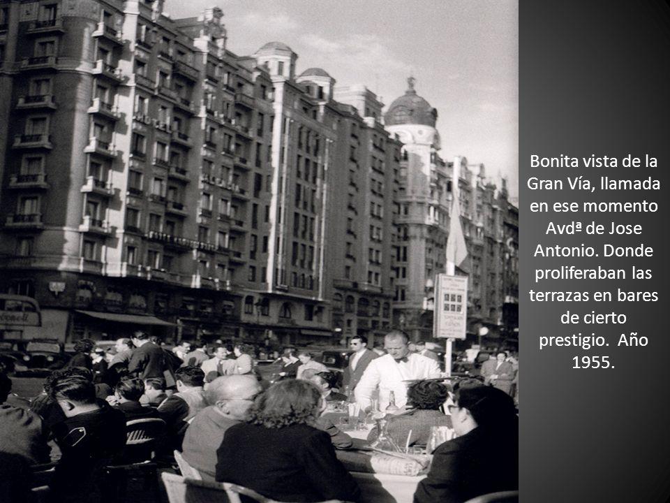 Bonita vista de la Gran Vía, llamada en ese momento Avdª de Jose Antonio. Donde proliferaban las terrazas en bares de cierto prestigio. Año 1955.