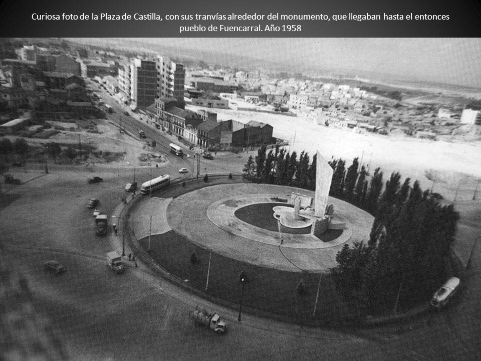 Curiosa foto de la Plaza de Castilla, con sus tranvías alrededor del monumento, que llegaban hasta el entonces pueblo de Fuencarral. Año 1958