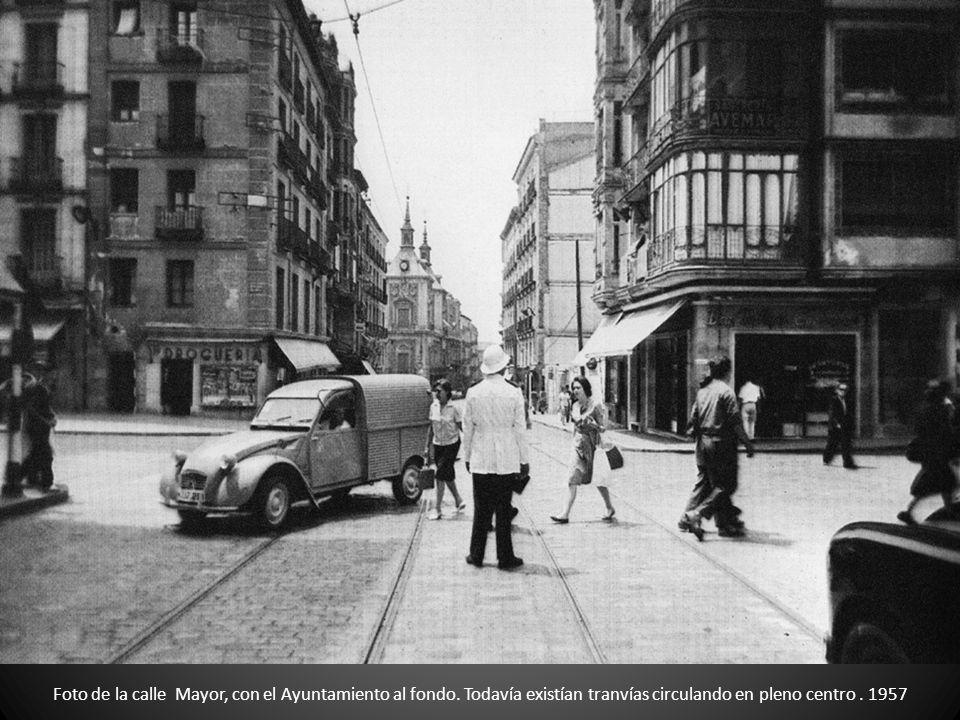 Foto de la calle Mayor, con el Ayuntamiento al fondo. Todavía existían tranvías circulando en pleno centro. 1957