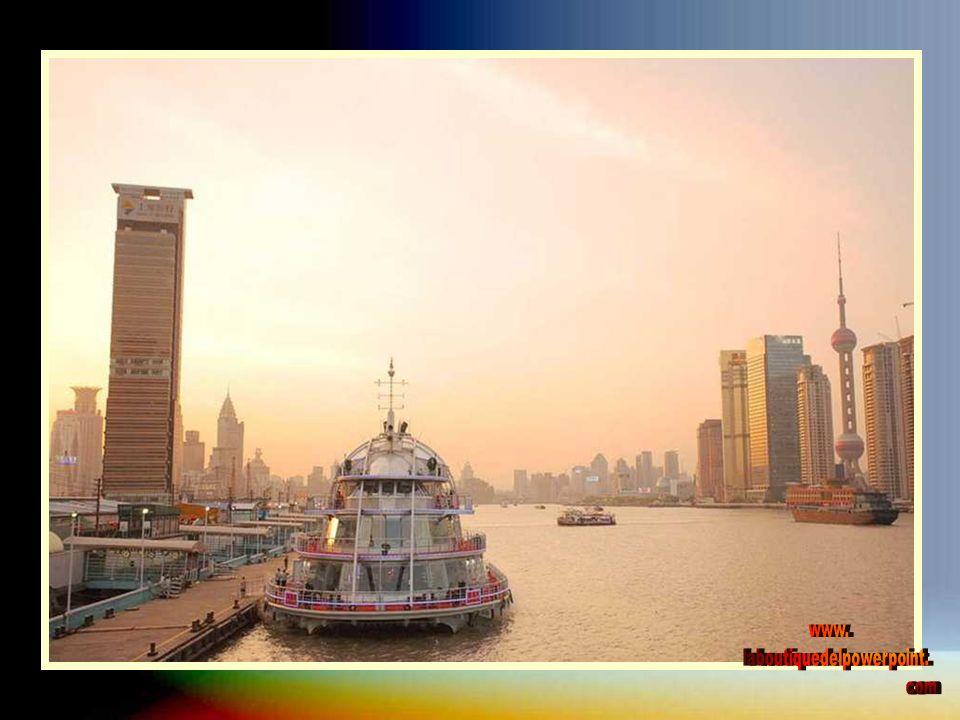 Shangai ha desarrollado una importante cantidad de nuevos estilos arquitectónicos que van de lo excéntrico hasta modernos y futuristas rascacielos El Bund es uno de los símbolos más reconocibles de Shanghai, sus vistas sobre los rascacielos de la zona de Pudong son las que componen las típicas postales de la ciudad.
