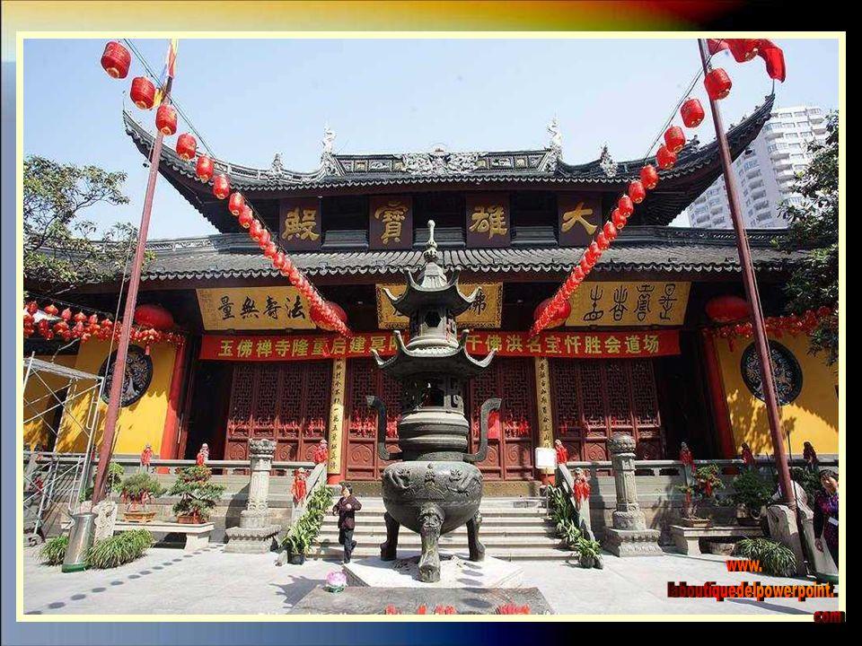 Es un templo budista que fue construido en el año 1889 y tiene dos estatuas de buda en jade.