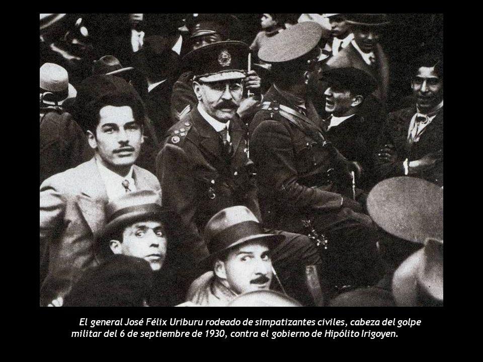 El general José Félix Uriburu rodeado de simpatizantes civiles, cabeza del golpe militar del 6 de septiembre de 1930, contra el gobierno de Hipólito Irigoyen.
