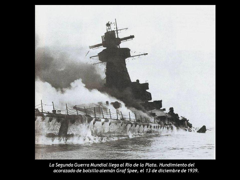 A AA Aviones de la Marina arrojan diez toneladas de bombas sobre la Plaza de Mayo el 16 de junio de 1955, matando a 364 personas e hiriendo a más de 800.