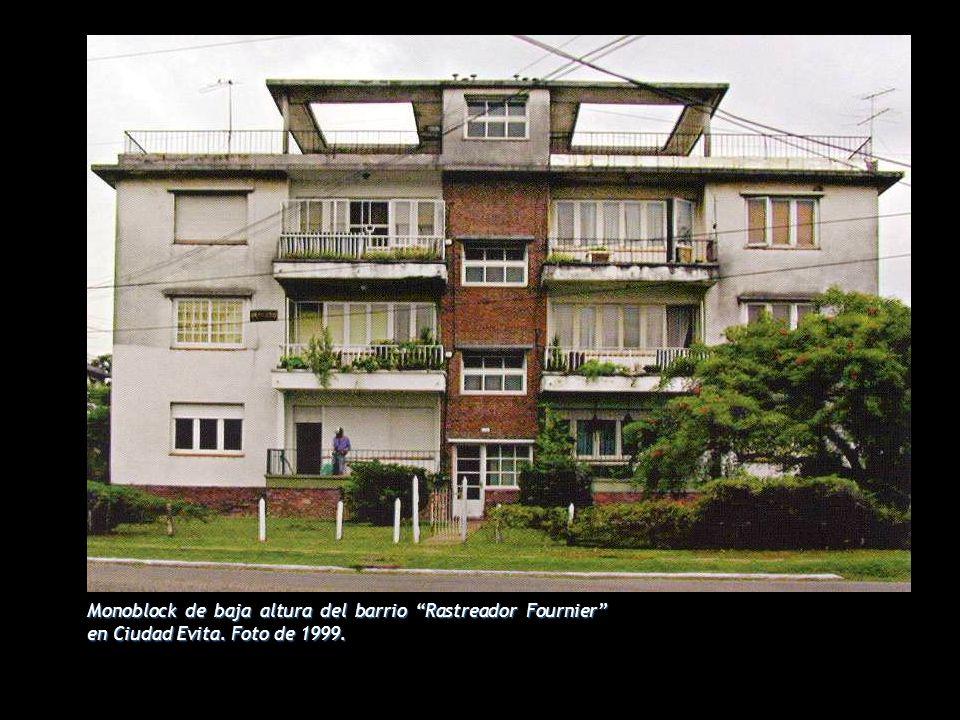Monoblock de baja altura del barrio Rastreador Fournier en Ciudad Evita. Foto de 1999.