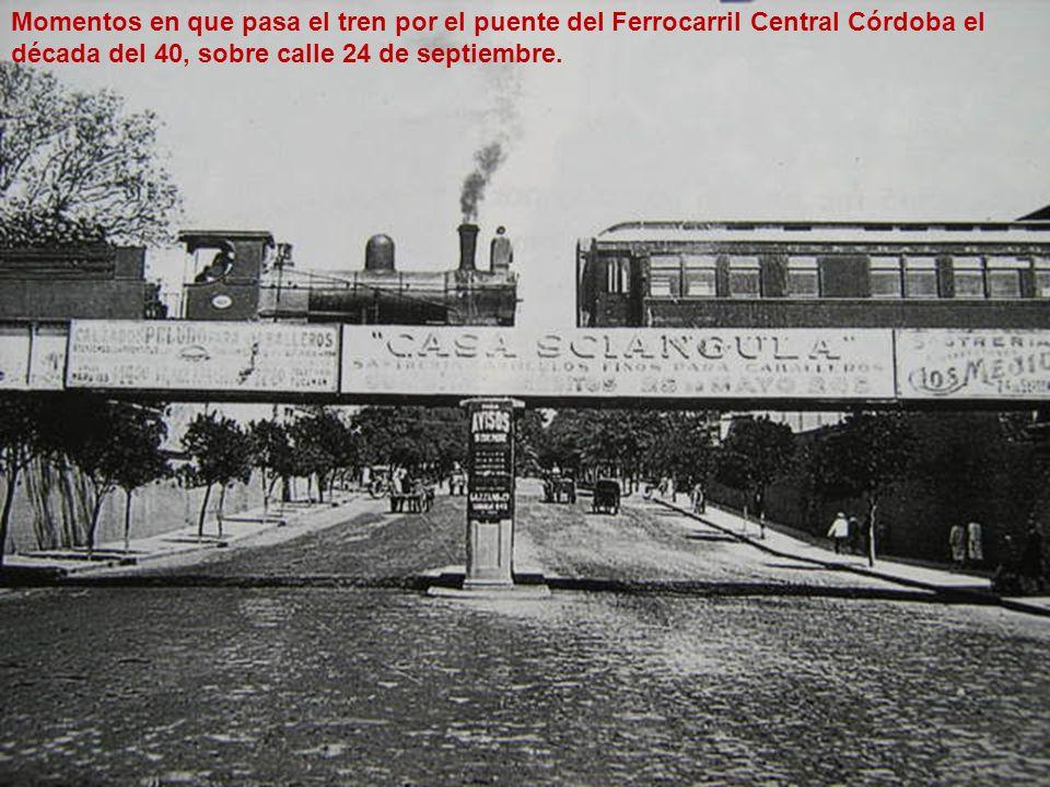 Momentos en que pasa el tren por el puente del Ferrocarril Central Córdoba el década del 40, sobre calle 24 de septiembre.