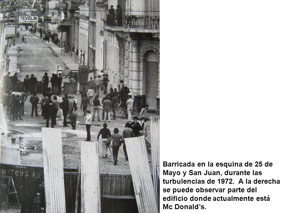 Barricada en la esquina de 25 de Mayo y San Juan, durante las turbulencias de 1972. A la derecha se puede observar parte del edificio donde actualment