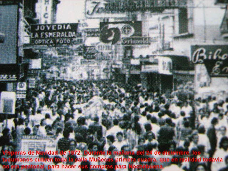 Vísperas de Navidad de 1972. Durante la mañana del 24 de diciembre, los tucumanos cubren toda la calle Muñecas primera cuadra, que en realidad todavía