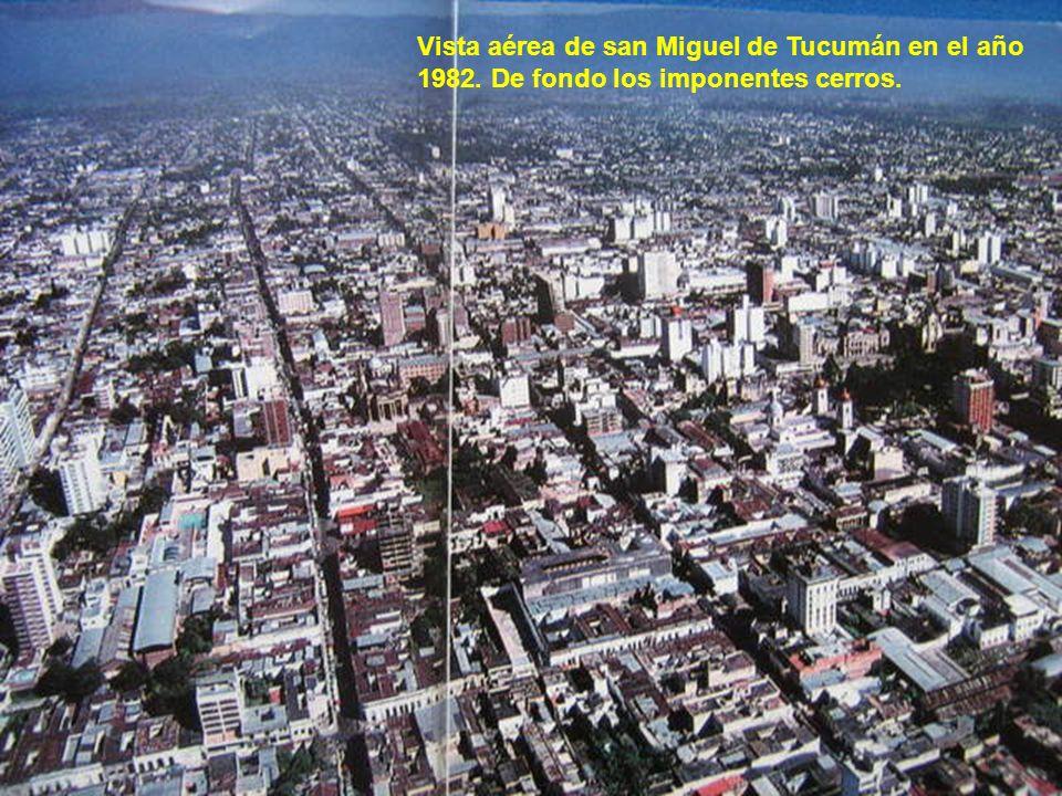 Vista aérea de san Miguel de Tucumán en el año 1982. De fondo los imponentes cerros.