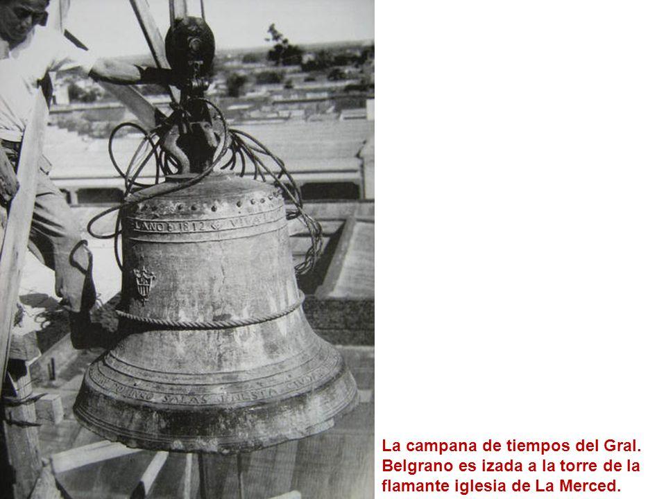 La campana de tiempos del Gral. Belgrano es izada a la torre de la flamante iglesia de La Merced.