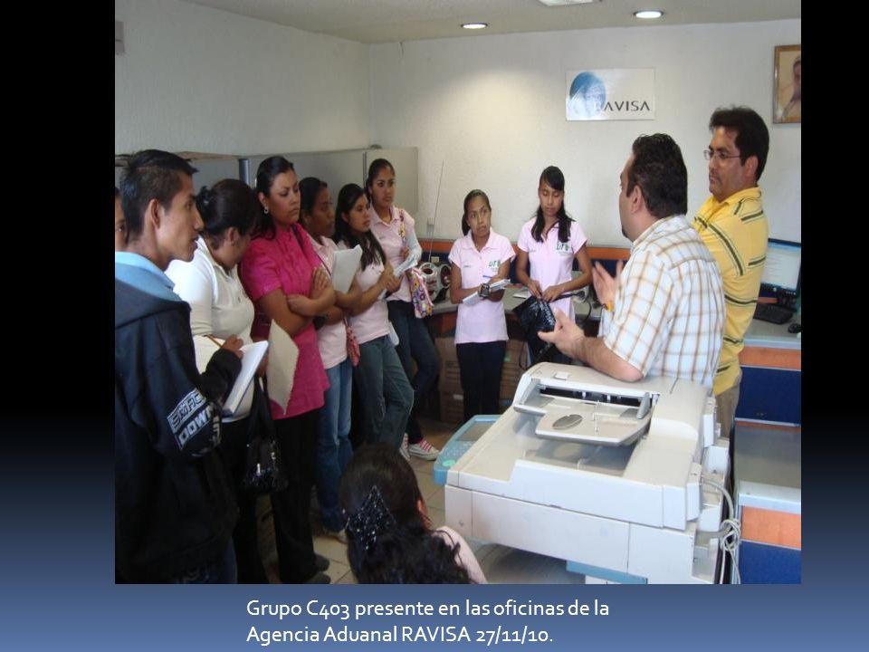 Alumnos del grupo C403 interactuando con oficiales de la aduana del Aeropuerto Cd.