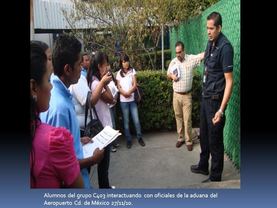Alumnos del grupo C403 interactuando con oficiales de la aduana del Aeropuerto Cd. de México 27/11/10.