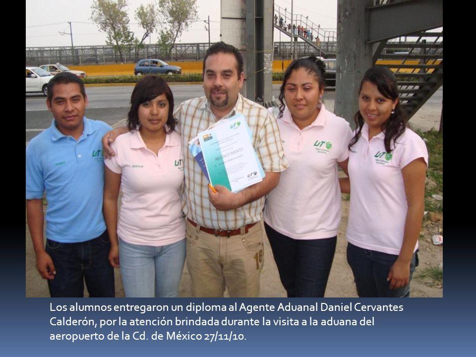 Los alumnos entregaron un diploma al Agente Aduanal Daniel Cervantes Calderón, por la atención brindada durante la visita a la aduana del aeropuerto d