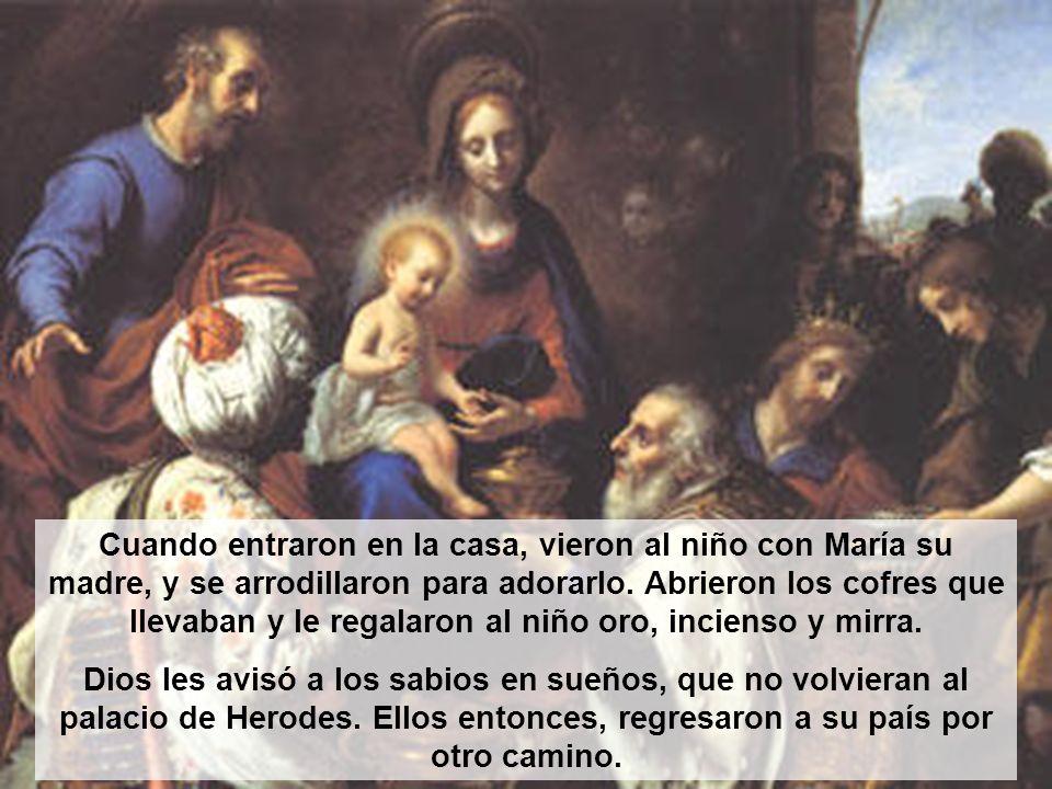 Cuando entraron en la casa, vieron al niño con María su madre, y se arrodillaron para adorarlo. Abrieron los cofres que llevaban y le regalaron al niñ
