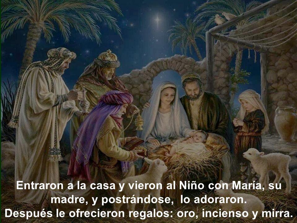 Entraron a la casa y vieron al Niño con María, su madre, y postrándose, lo adoraron.