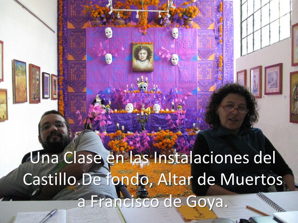 Una Clase en las Instalaciones del Castillo.De fondo, Altar de Muertos a Francisco de Goya.