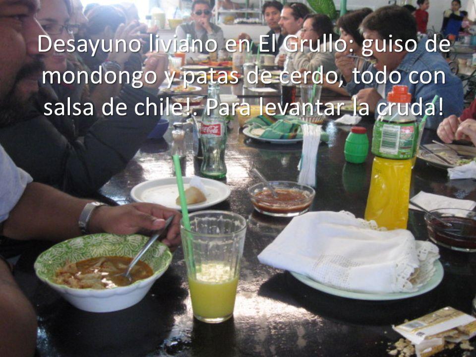 Desayuno liviano en El Grullo: guiso de mondongo y patas de cerdo, todo con salsa de chile!. Para levantar la cruda!