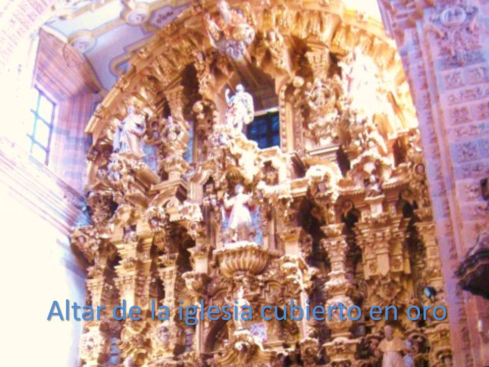 Altar de la iglesia cubierto en oro