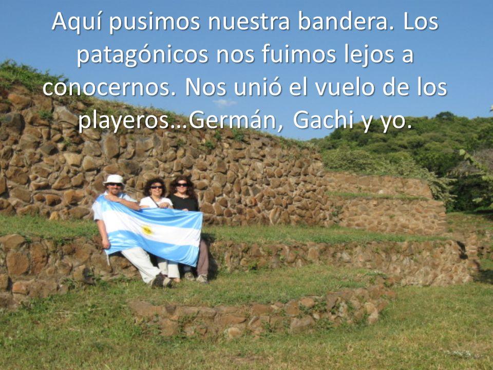Aquí pusimos nuestra bandera. Los patagónicos nos fuimos lejos a conocernos. Nos unió el vuelo de los playeros…Germán, Gachi y yo.