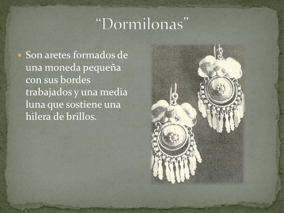 Son aretes formados de una moneda pequeña con sus bordes trabajados y una media luna que sostiene una hilera de brillos.