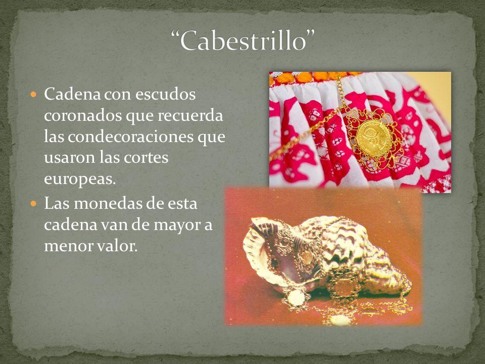 Cadena con escudos coronados que recuerda las condecoraciones que usaron las cortes europeas. Las monedas de esta cadena van de mayor a menor valor.