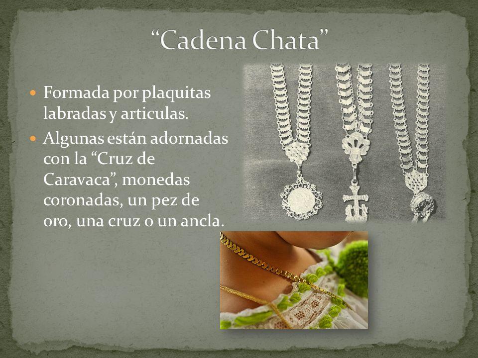 Formada por plaquitas labradas y articulas. Algunas están adornadas con la Cruz de Caravaca, monedas coronadas, un pez de oro, una cruz o un ancla.