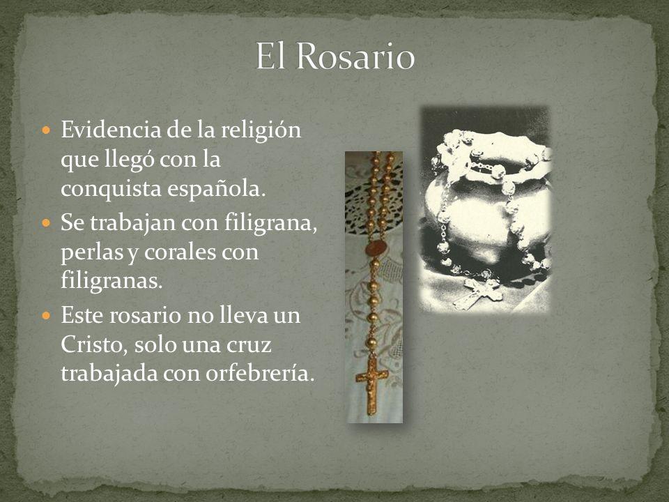 Evidencia de la religión que llegó con la conquista española. Se trabajan con filigrana, perlas y corales con filigranas. Este rosario no lleva un Cri