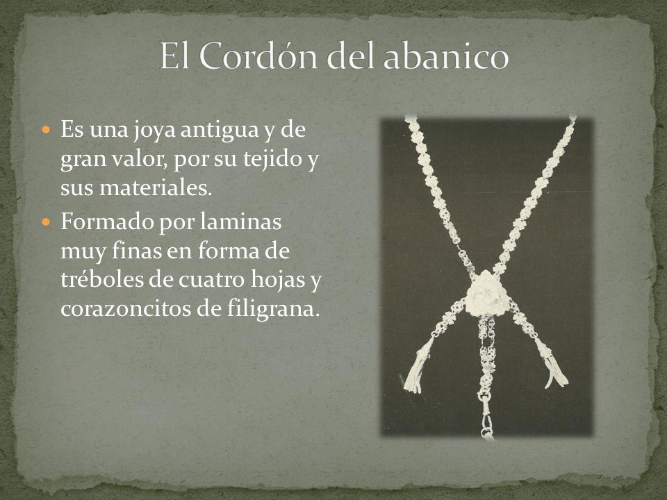 Es una joya antigua y de gran valor, por su tejido y sus materiales. Formado por laminas muy finas en forma de tréboles de cuatro hojas y corazoncitos
