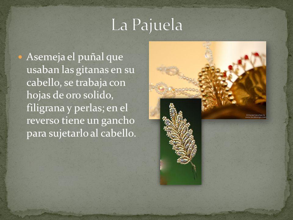 Asemeja el puñal que usaban las gitanas en su cabello, se trabaja con hojas de oro solido, filigrana y perlas; en el reverso tiene un gancho para suje
