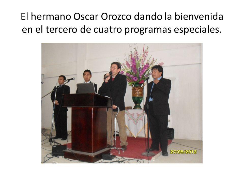 El hermano Oscar Orozco dando la bienvenida en el tercero de cuatro programas especiales.