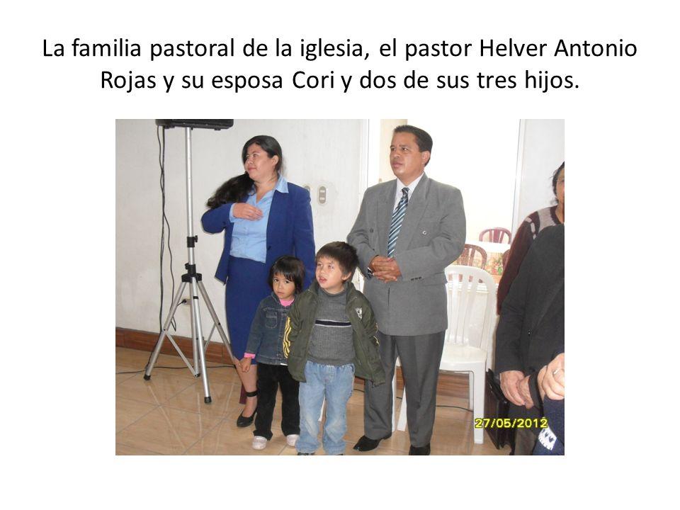La familia pastoral de la iglesia, el pastor Helver Antonio Rojas y su esposa Cori y dos de sus tres hijos.