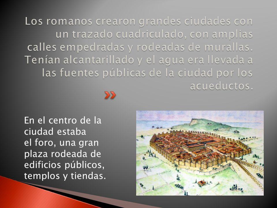 En el centro de la ciudad estaba el foro, una gran plaza rodeada de edificios públicos, templos y tiendas.
