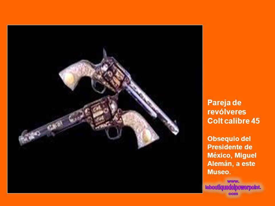 Pareja de pistolas argelinas de pedernal Con aplicaciones de oro y plata. Siglo XVIII.