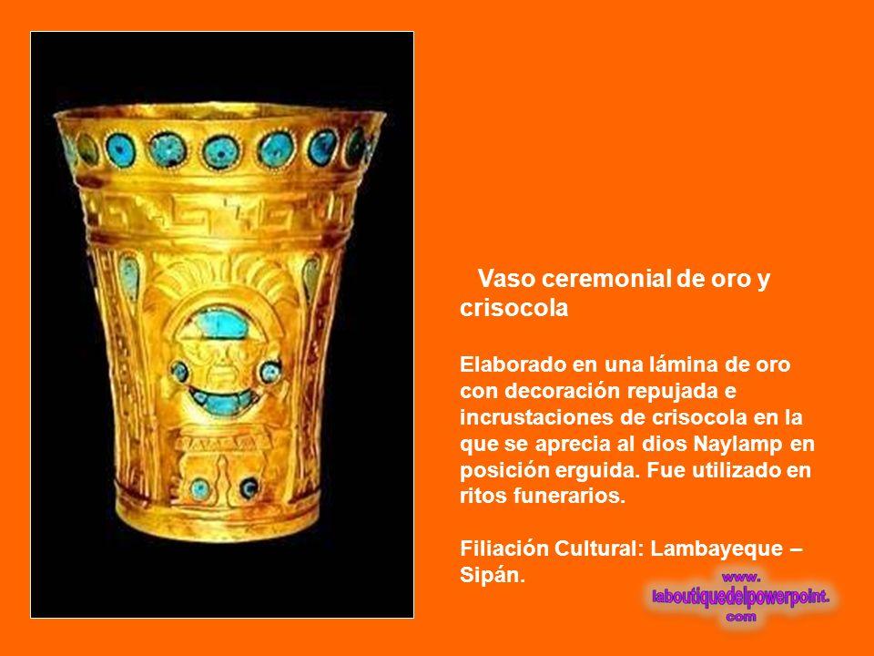 Máscara funeraria de oro Elaborada en una lámina de oro martillada y decoración repujada que representa el rostro de la divinidad Naylamp. De los ojos