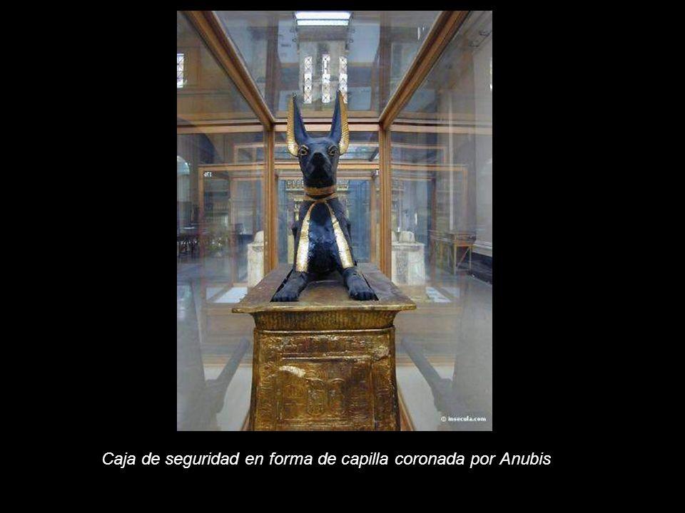 La capilla de canopos está rodeada de 4 de diosas, Selket, Nephthys, Isis y Neith que protegen con los brazos abiertos.