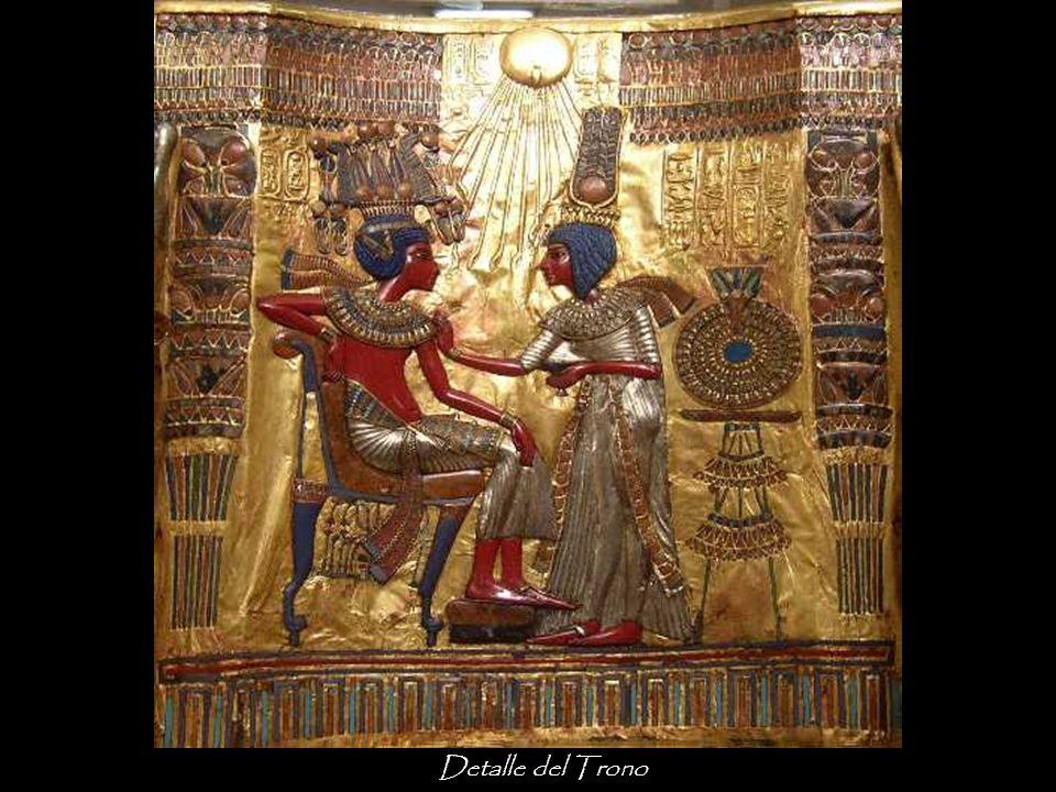 Los brazos del trono representan dos serpientes aladas portadoras de la corona doble y guardias del cuarto de Tutankhamon. Los piés anteriores están a