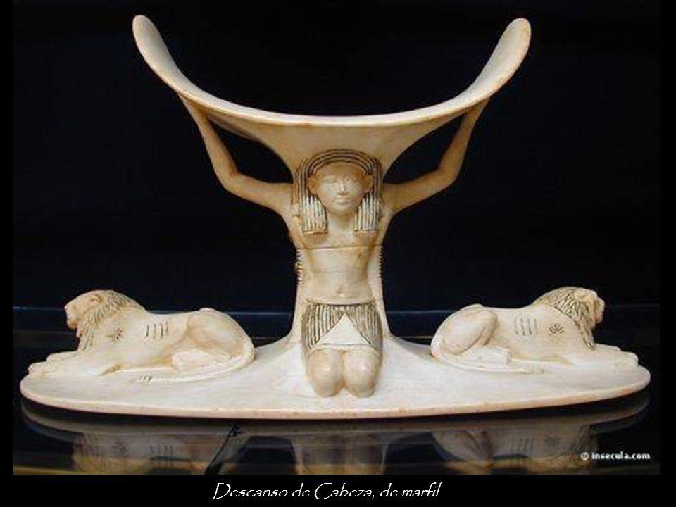 Esta silla, resultante de la conversión de una silla articulada en silla Windsor, tiene la espalda recubierta con panel de oro y está totalmente decorada con incrustaciones de marfil, ébano, piedras semipreciosas y porcelana.
