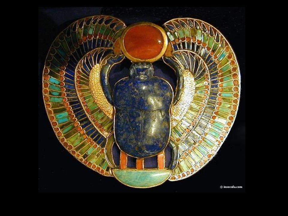 Los escarabajos Estas figuras de piedra debían impedir que el alma de los fallecidos fueran devoradas por Ammit. Ammit era la diosa que, después de so