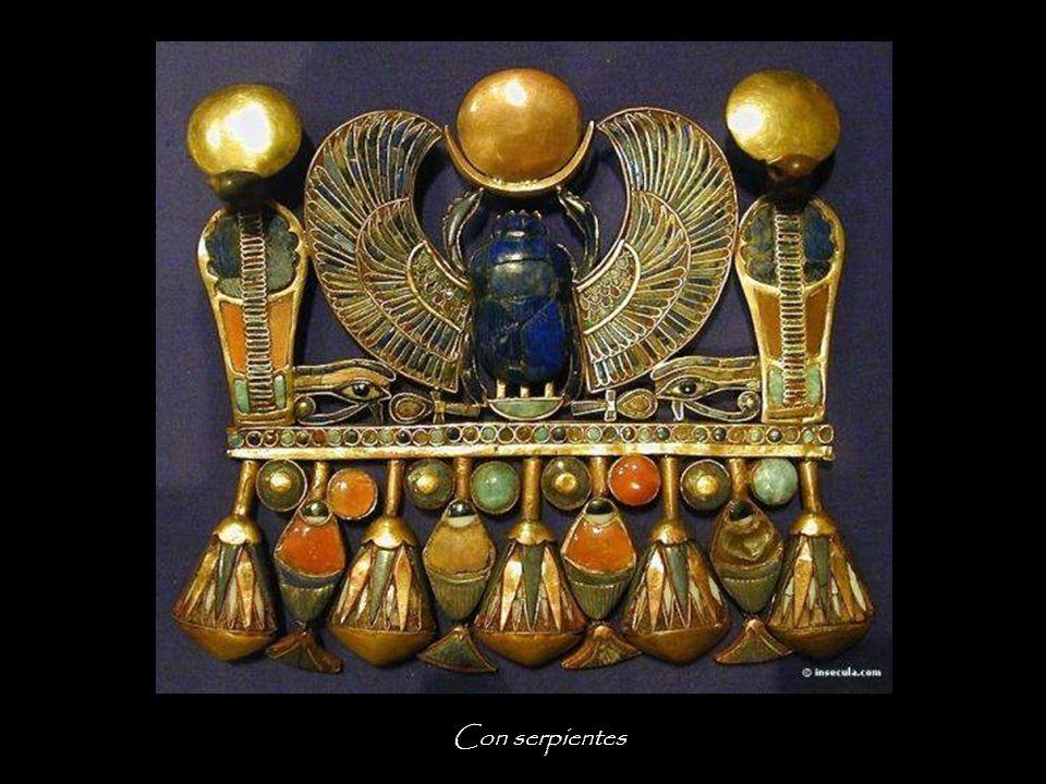 Collar pectoral con escarabajos y babuínos El escarabajo, en el barco divino, lo que representa el dios sol al amanecer.