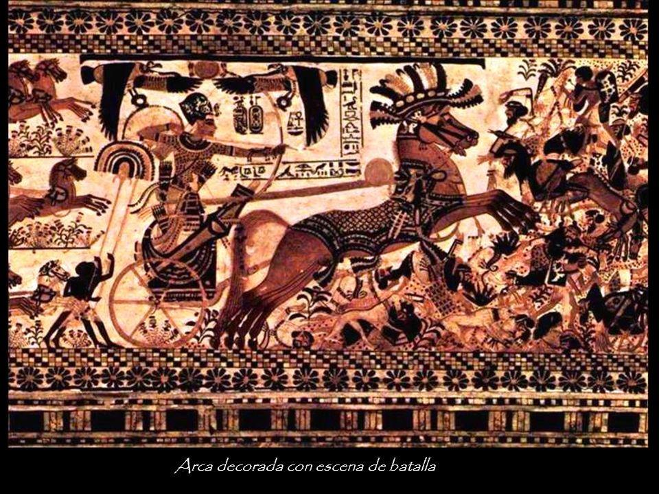 Arca con escena de guerra. El Faraón, como esfinge, destruyendo sus enemigos.