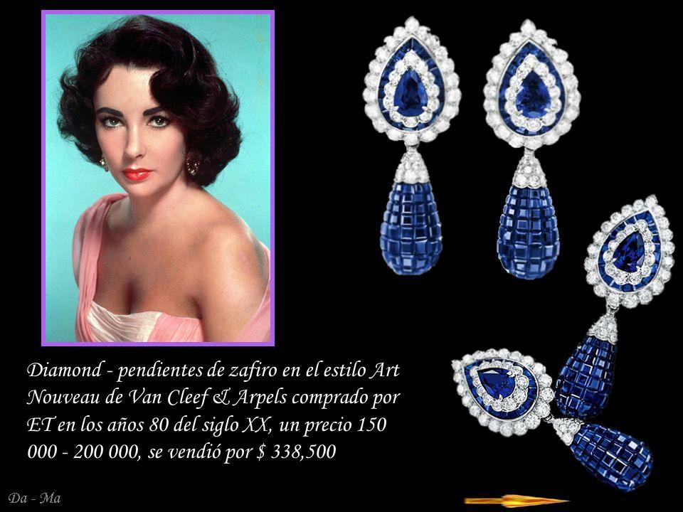 Da - Ma Un complemento perfecto para el collar fue comprado más tarde de Bulgari anillo Trombino en la configuración de diamante del platino.