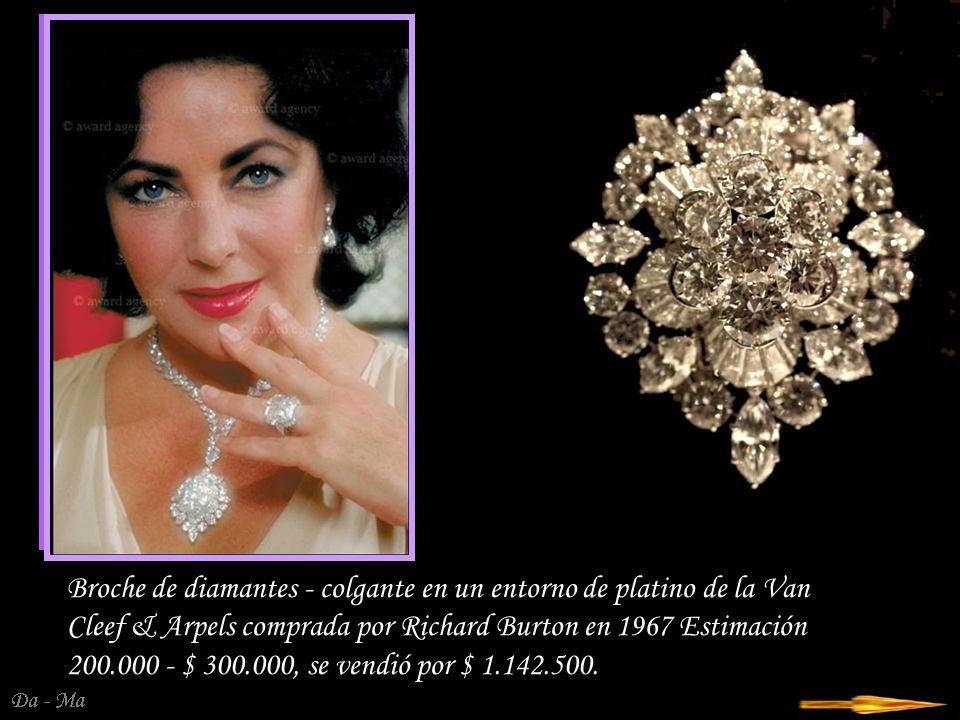 Da - Ma El conjunto consta de un collar, una pulsera y un clip de perlas y diamantes en oro blanco de 18 quilates.