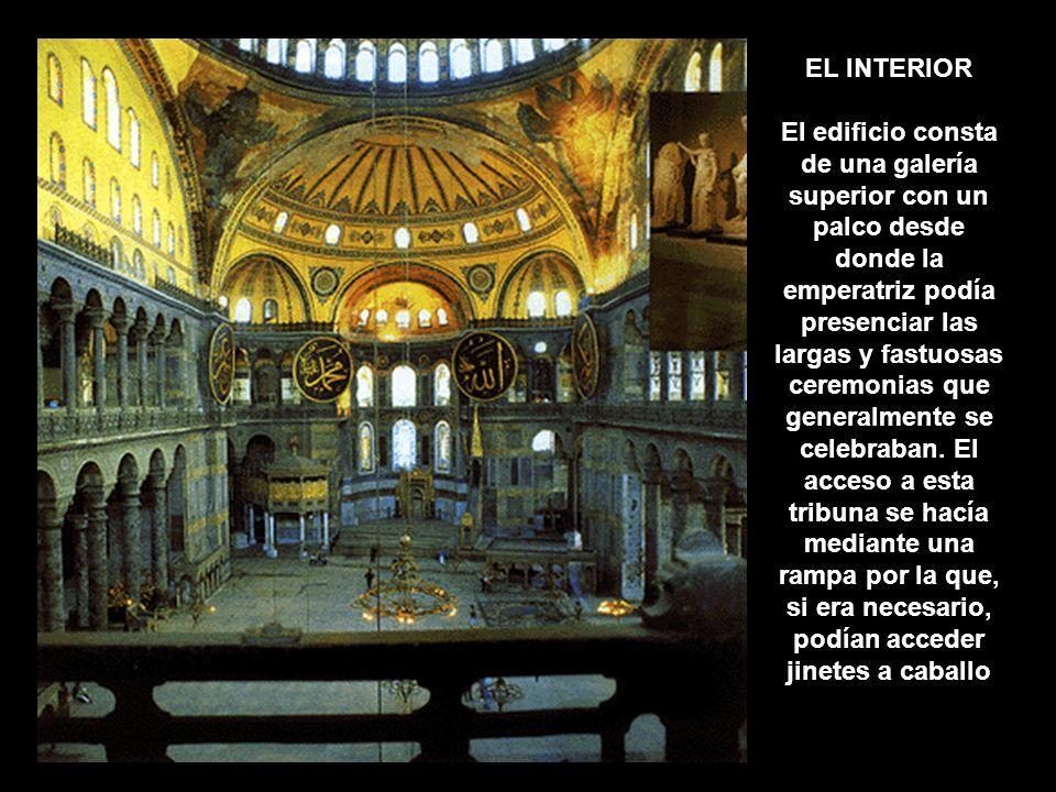 EL INTERIOR El edificio consta de una galería superior con un palco desde donde la emperatriz podía presenciar las largas y fastuosas ceremonias que g