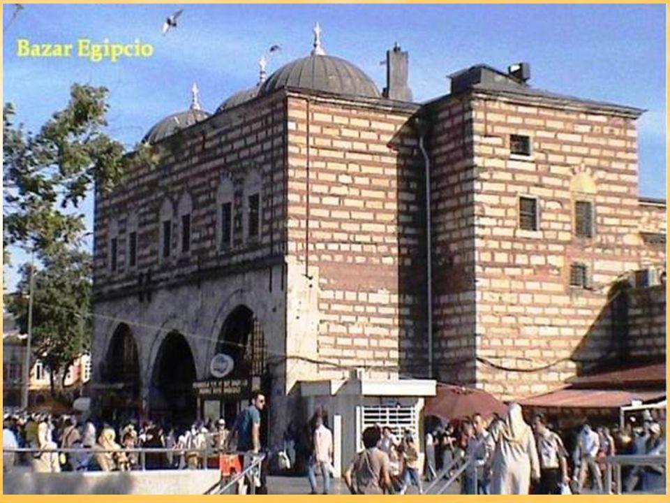 El Gran Bazar se extiende en un área de 35 hectáreas, en sus 80 calles se encuentran alrededor de 4.000 tiendas.