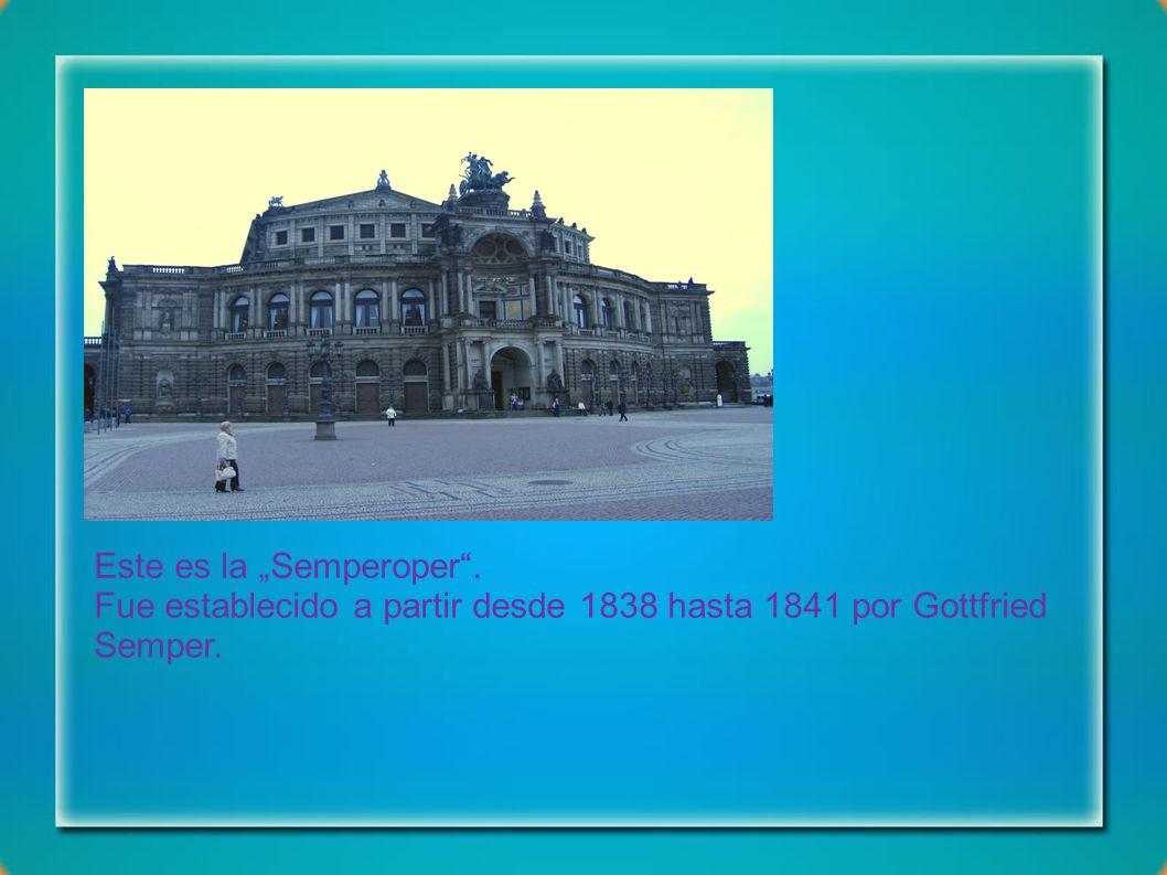 Este es una figura en el área de entrada de la Zwinger .