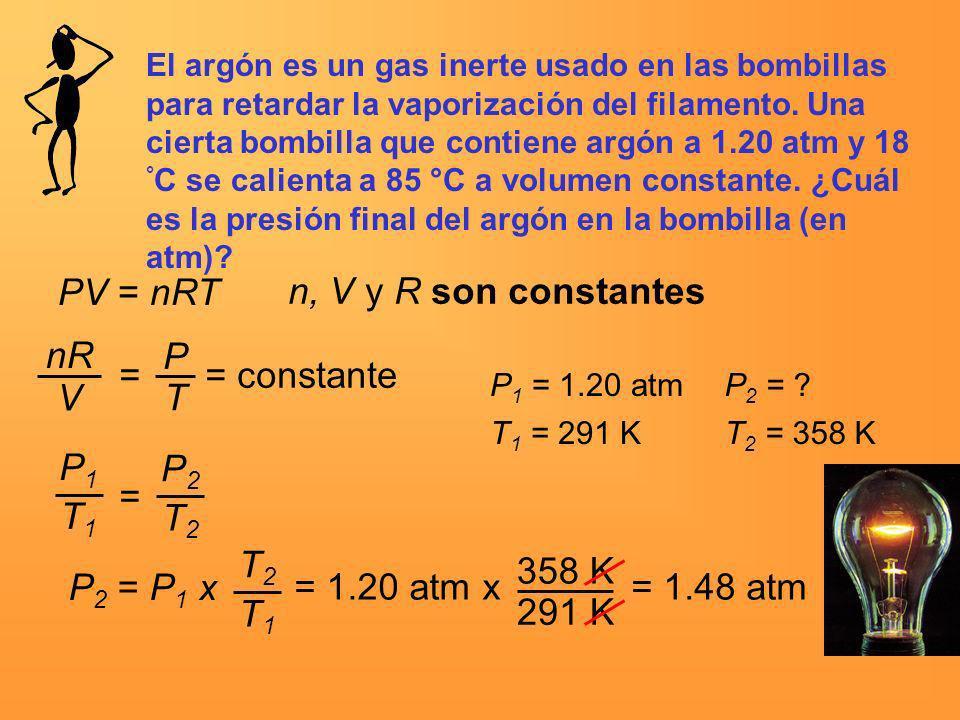 El argón es un gas inerte usado en las bombillas para retardar la vaporización del filamento. Una cierta bombilla que contiene argón a 1.20 atm y 18 °